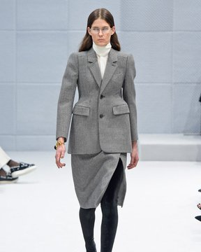March-7th,-2016--Balenciaga-Fall-2016---Runway--copy_Image1-listview.jpg